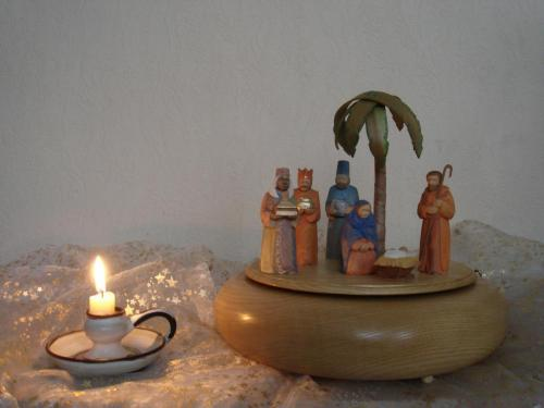 Krippenfiguren mit Palme auf Spieldose